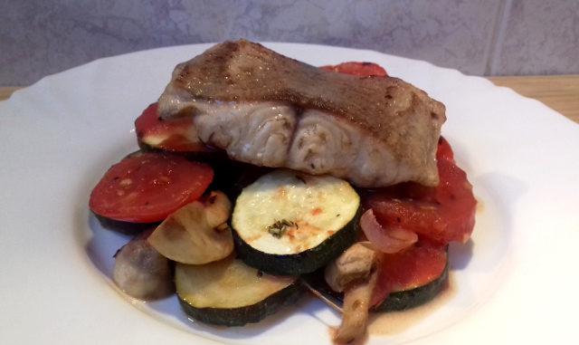 sült hal zöldségágyon